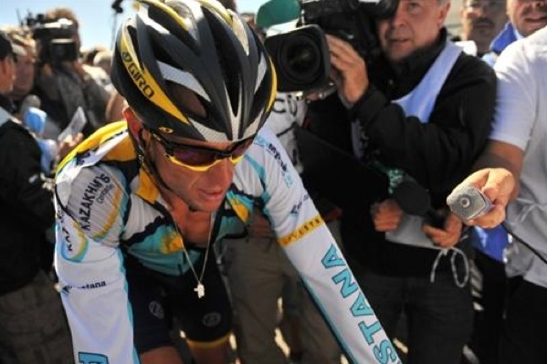 Lance Armstrong rides onto the Tour podium.